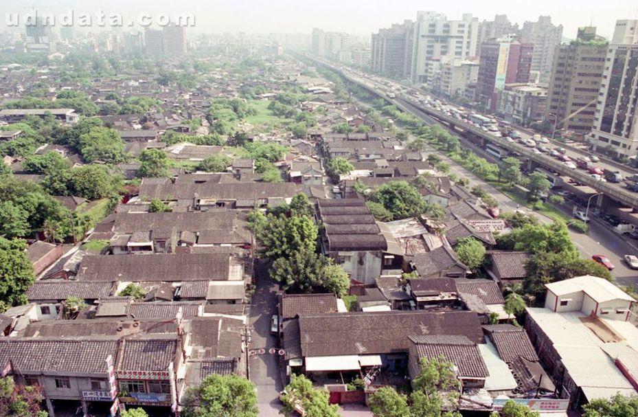 30年前「大安森林公園的前身」,一大片密集眷村。圖/本報系資料照