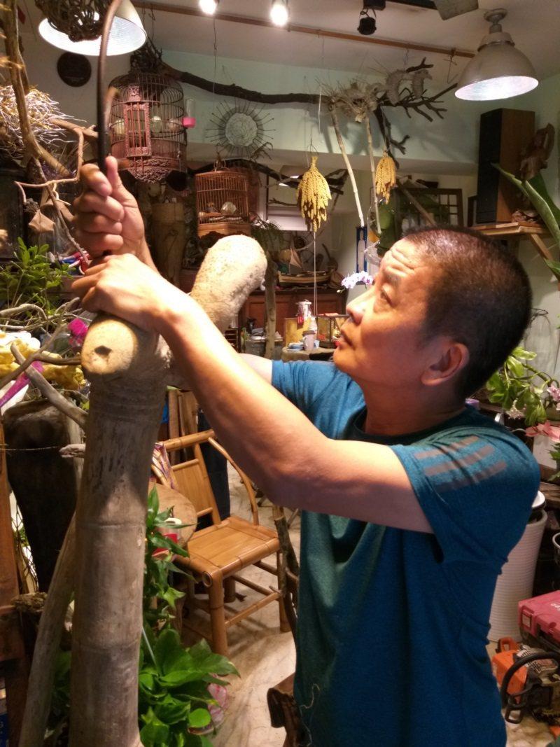 台北市華軒園藝世界老闆陳丁發有雙粗糙的巧手,不只能製作花器、創作藝術品,也愛搬鋼...
