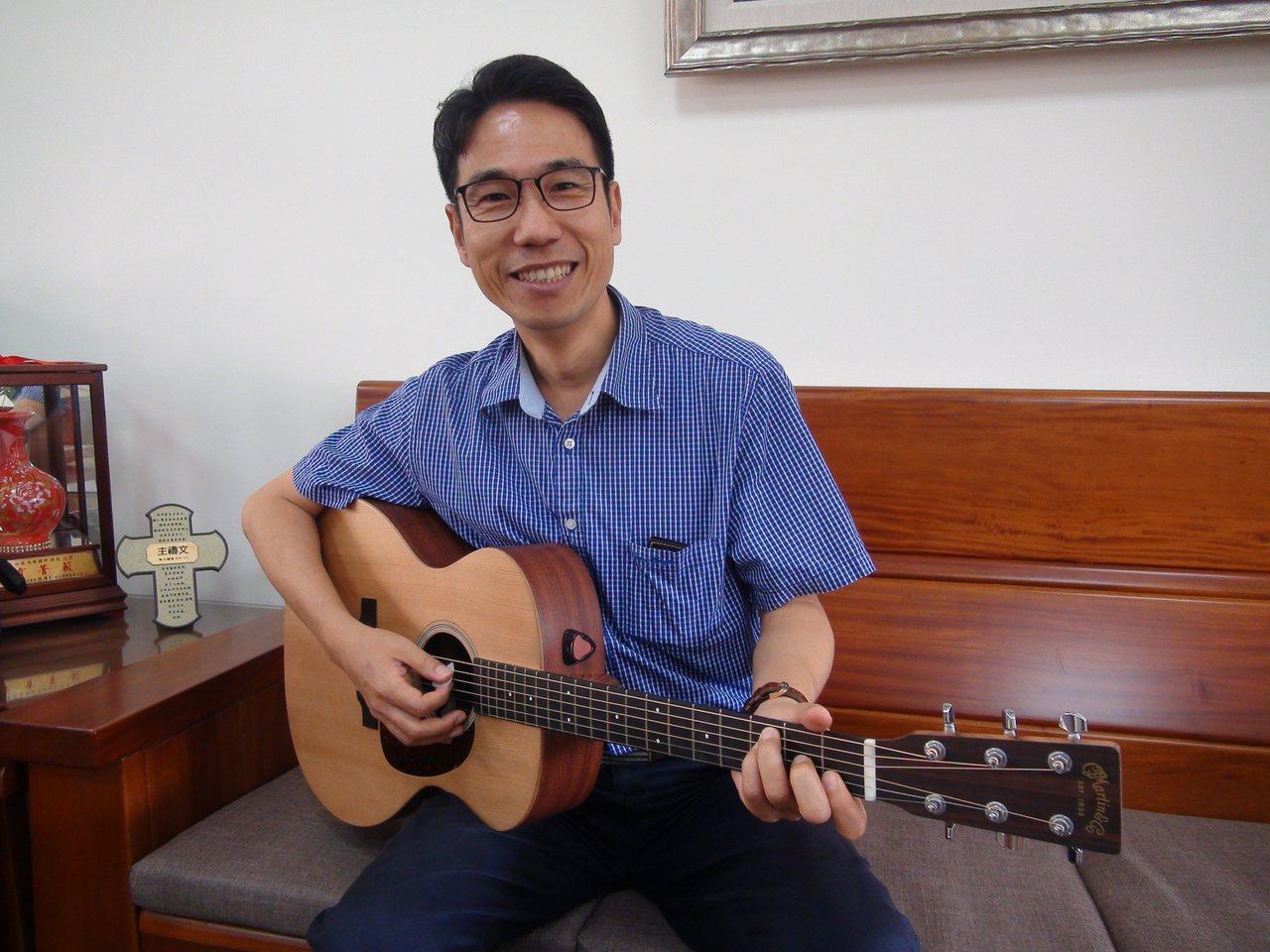 台中市大里區立新國中校長張嘉亨熱愛唱歌,每年都為自己的畢業生寫歌。 圖/余采瀅攝...