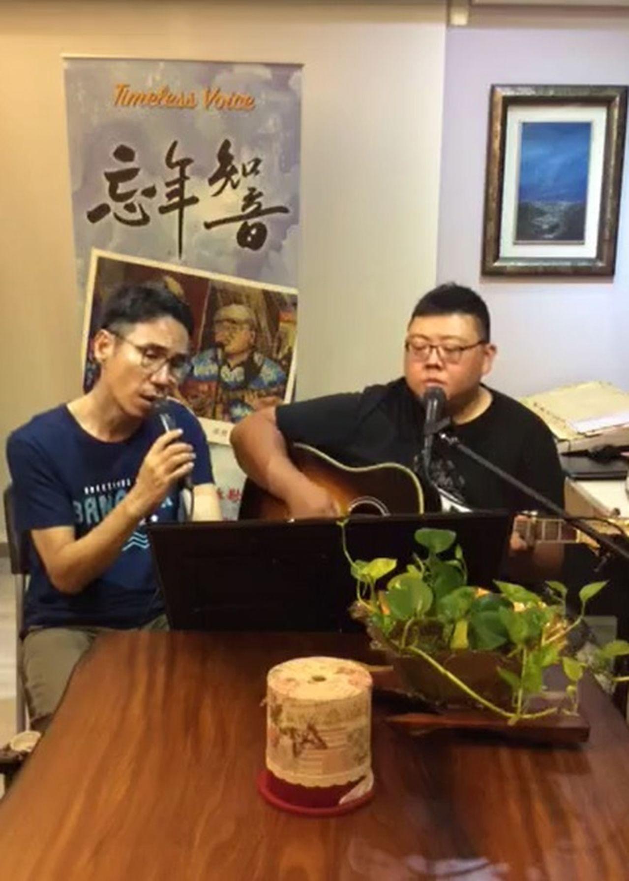 校長張嘉亨(左)與衛浴維修人員孫懋文,每周五固定在臉書直播演唱分享音樂。 圖/忘...