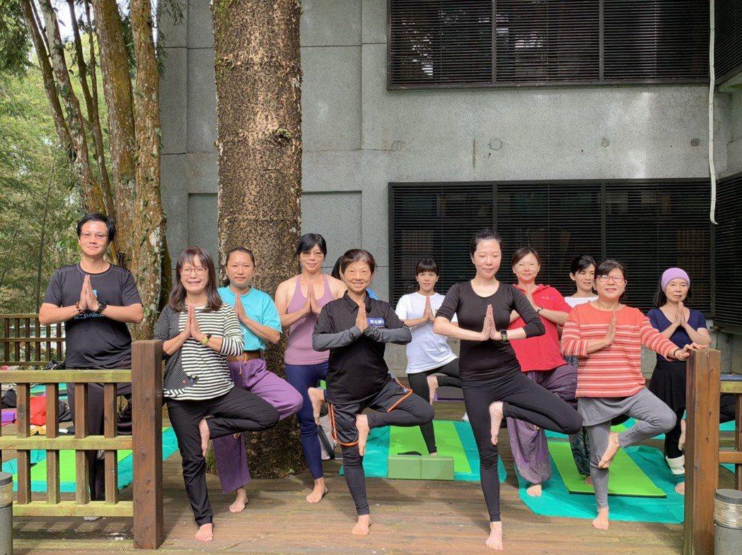 森林瑜珈課程一開始報名,名額就被秒殺。 圖/黑中亮攝影