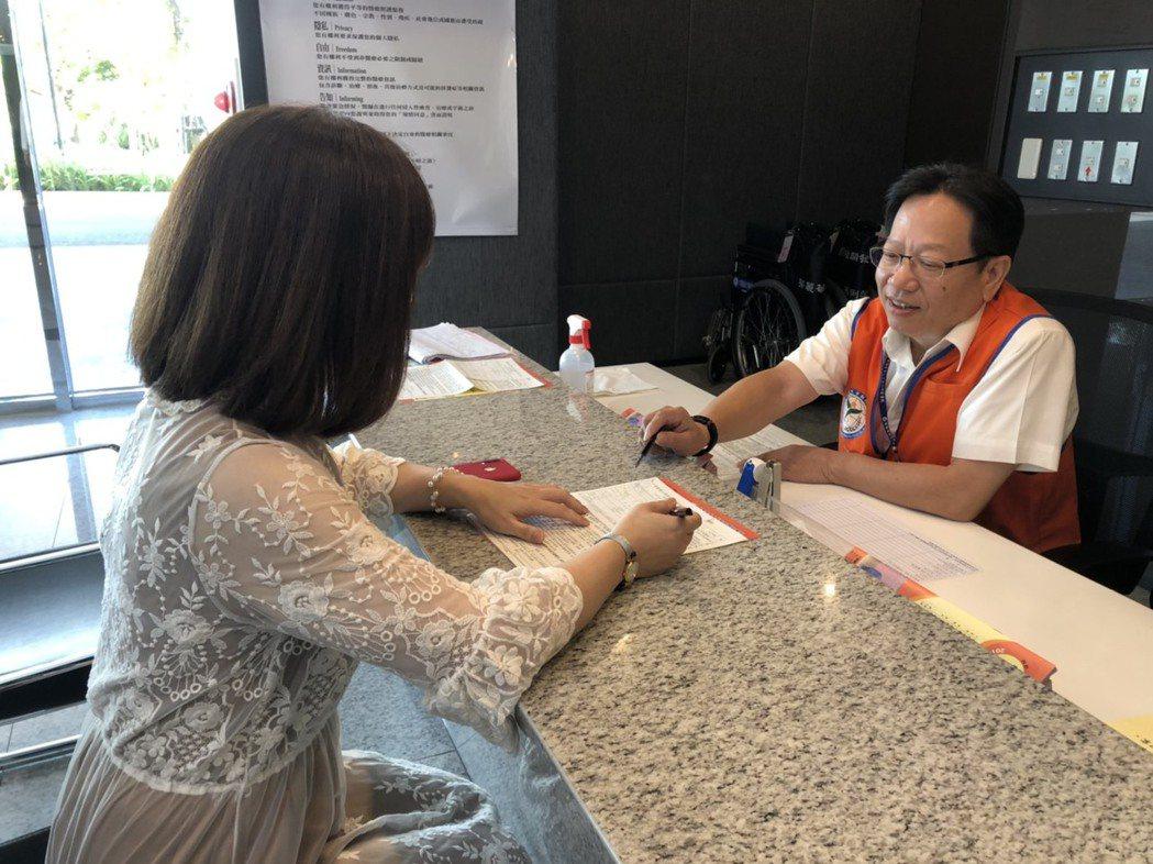 呂紹民擔任中國醫藥大學新竹附設醫院志工。 圖/王駿杰攝影