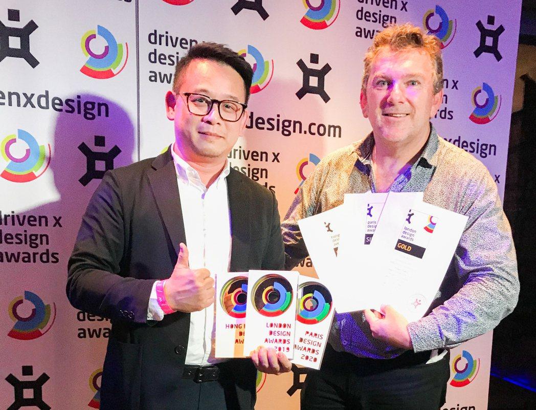 DRIVENxDESIGN 創辦人Mark Bergin(右)親自頒獎給清景麟地...
