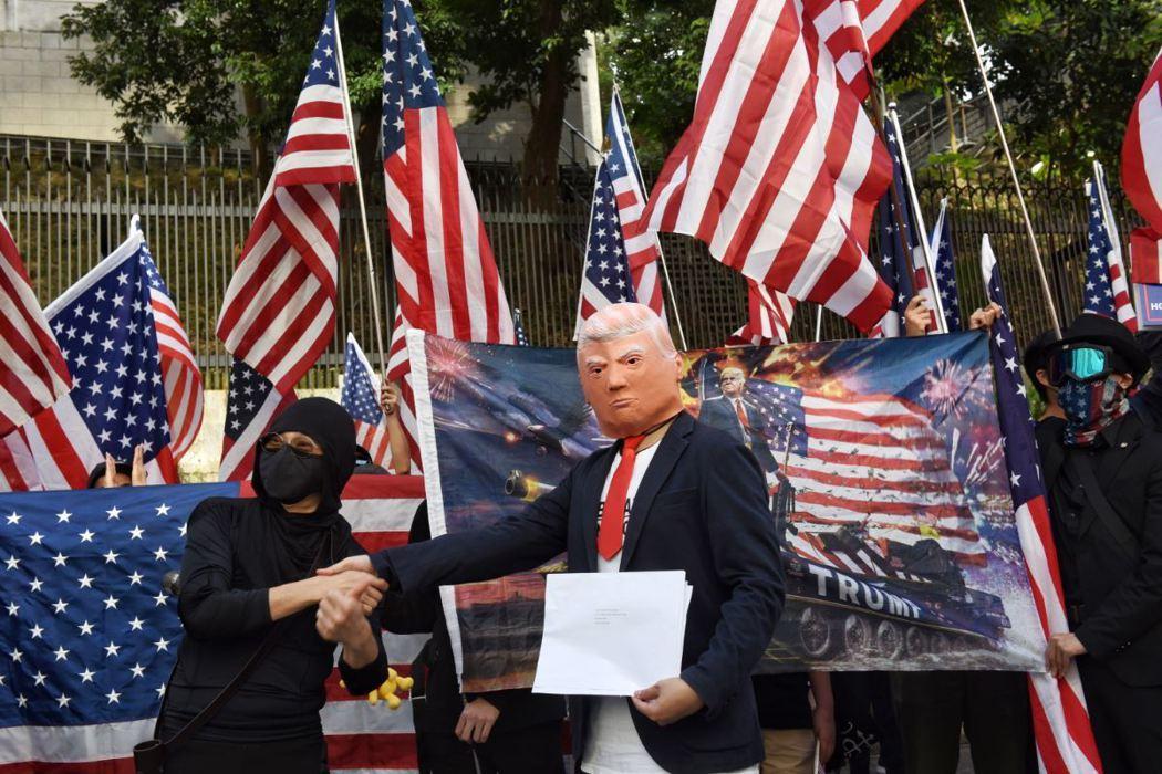 香港在11月中的理大衝突遭到強力鎮壓,使得在參院延宕多時的《香港民主與人權法案》快速全票通過,後由川普正式簽署。 圖/歐新社