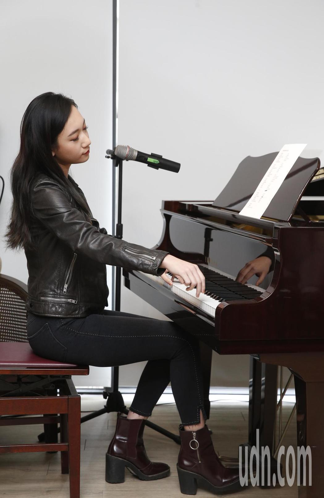 吳卓源彈唱新歌「全世界的朋友都讓我失望」。記者鄭超文/攝影