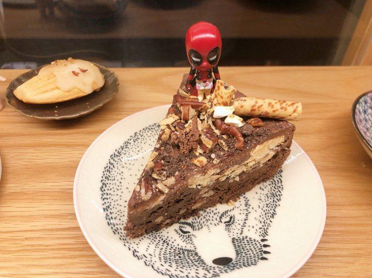 老闆有各種類似杯緣子的收藏品,放在蛋糕上看起來特別可愛。記者魏妤庭/攝影