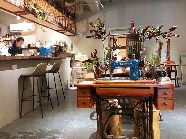鬱鬱店內有混合工業風及復古的家具。記者魏妤庭/攝影