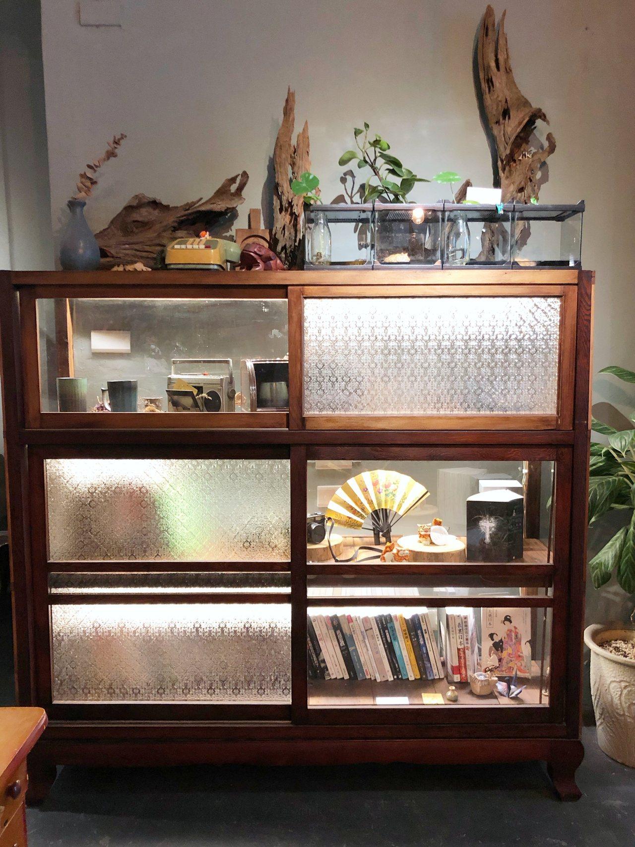 復古的家具內也會藏有各種店家的收藏在裡面。記者魏妤庭/攝影