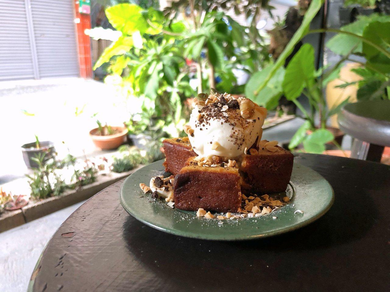 磅蛋糕又分為內用及外用價格。記者魏妤庭/攝影
