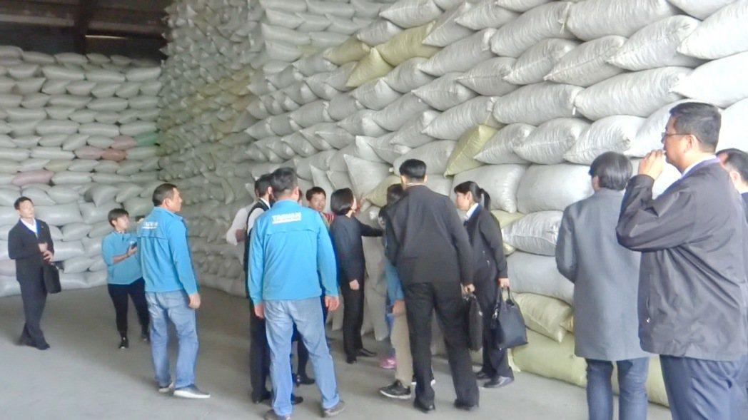 蔡英文總統南下雲林看到那麼多花生放在紙廠倉庫,十分驚訝。記者蔡維斌/攝影