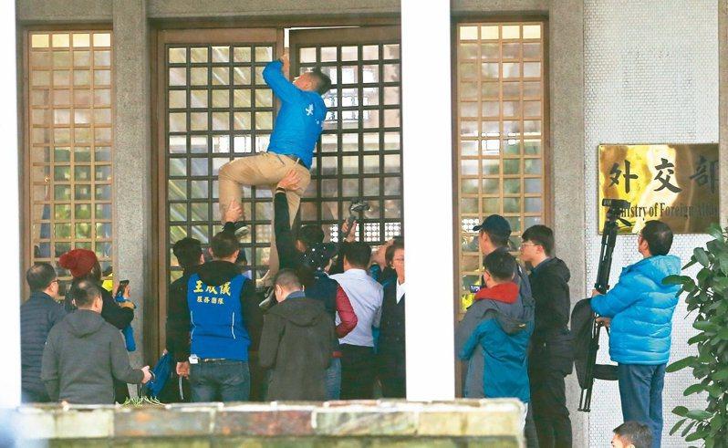 國民黨立委日前針對「卡神」楊蕙如案赴外交部抗議,發生衝突。圖/本報系資料照