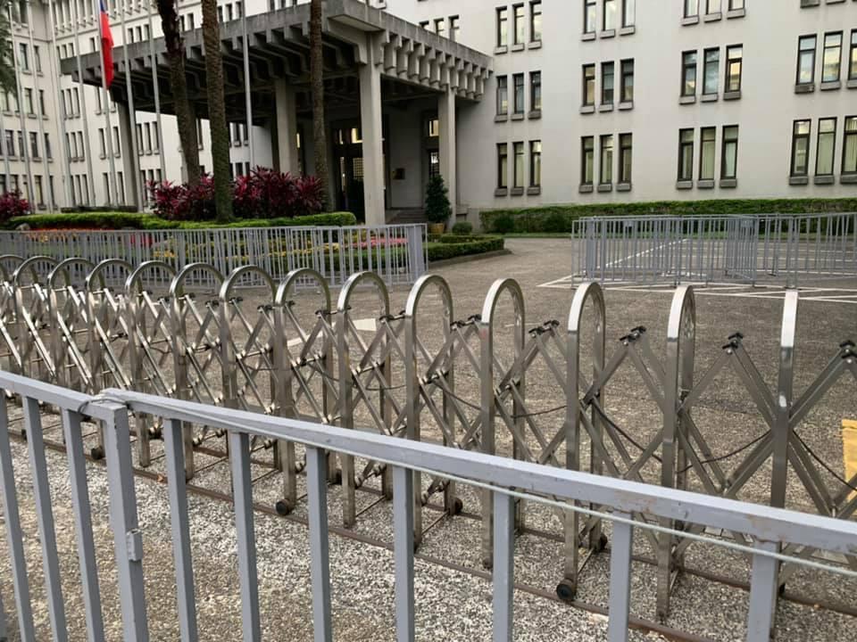 前外交官介文汲感慨的說,為防止再有人去抗議,外交部大門用層層拒馬圍起來,他曾在外...