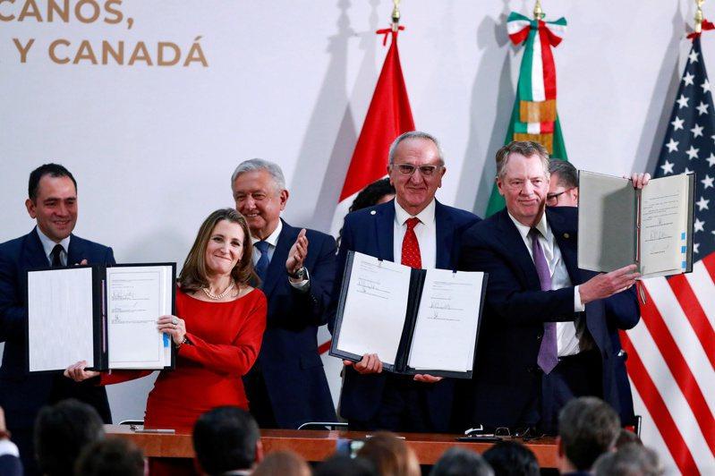 美國、加拿大和墨西哥三國高階官員周二(10日)簽署修正後的美墨加自由貿易協定。  路透