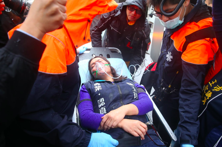 國民黨立委陳玉珍日前至外交部抗議,被擋在大門外不得而入,與警方發生衝突,缺氧送醫。 聯合報系資料照/記者余承翰攝影