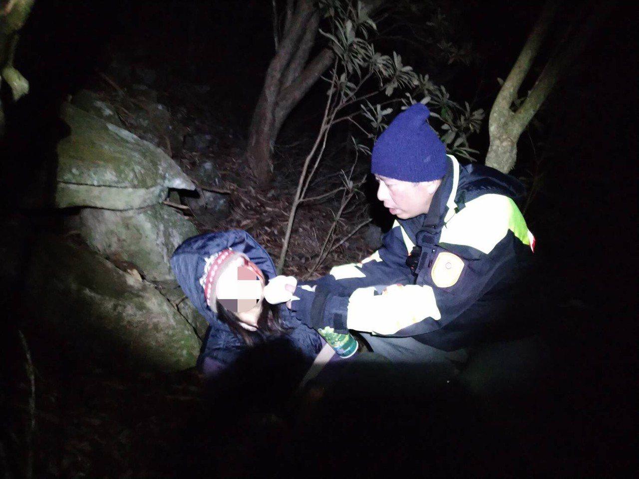 警員脫制服讓婦人暖身,並包紮傷口。圖/和平分局提供