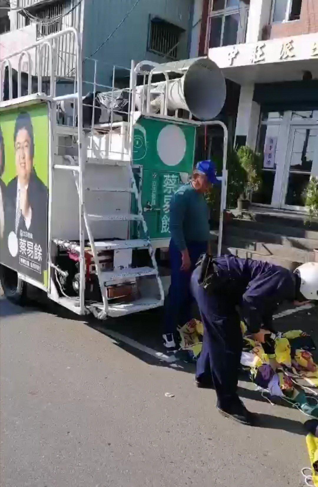 黃姓司機將宣傳車內20多幅布條 交給警方。 記者卜敏正/翻攝