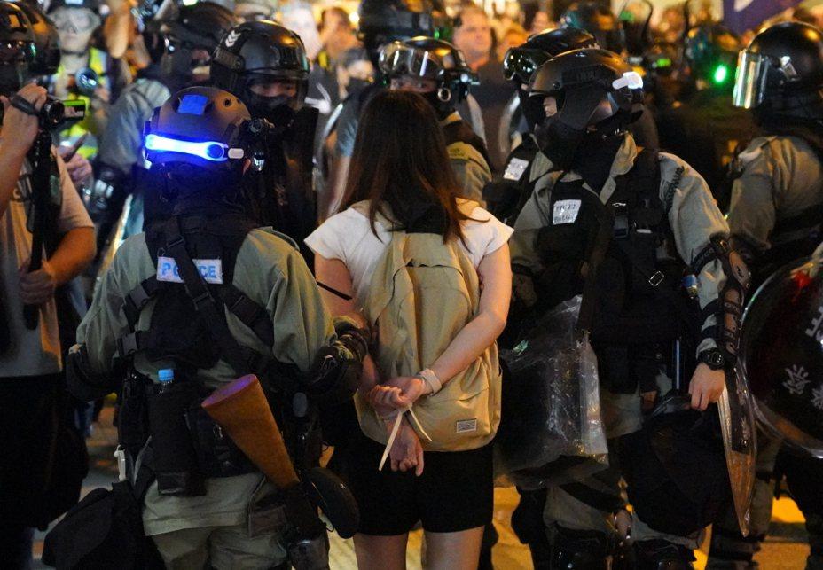 香港警方對參與抗爭行動學生進行調查、拘捕。本報資料照片