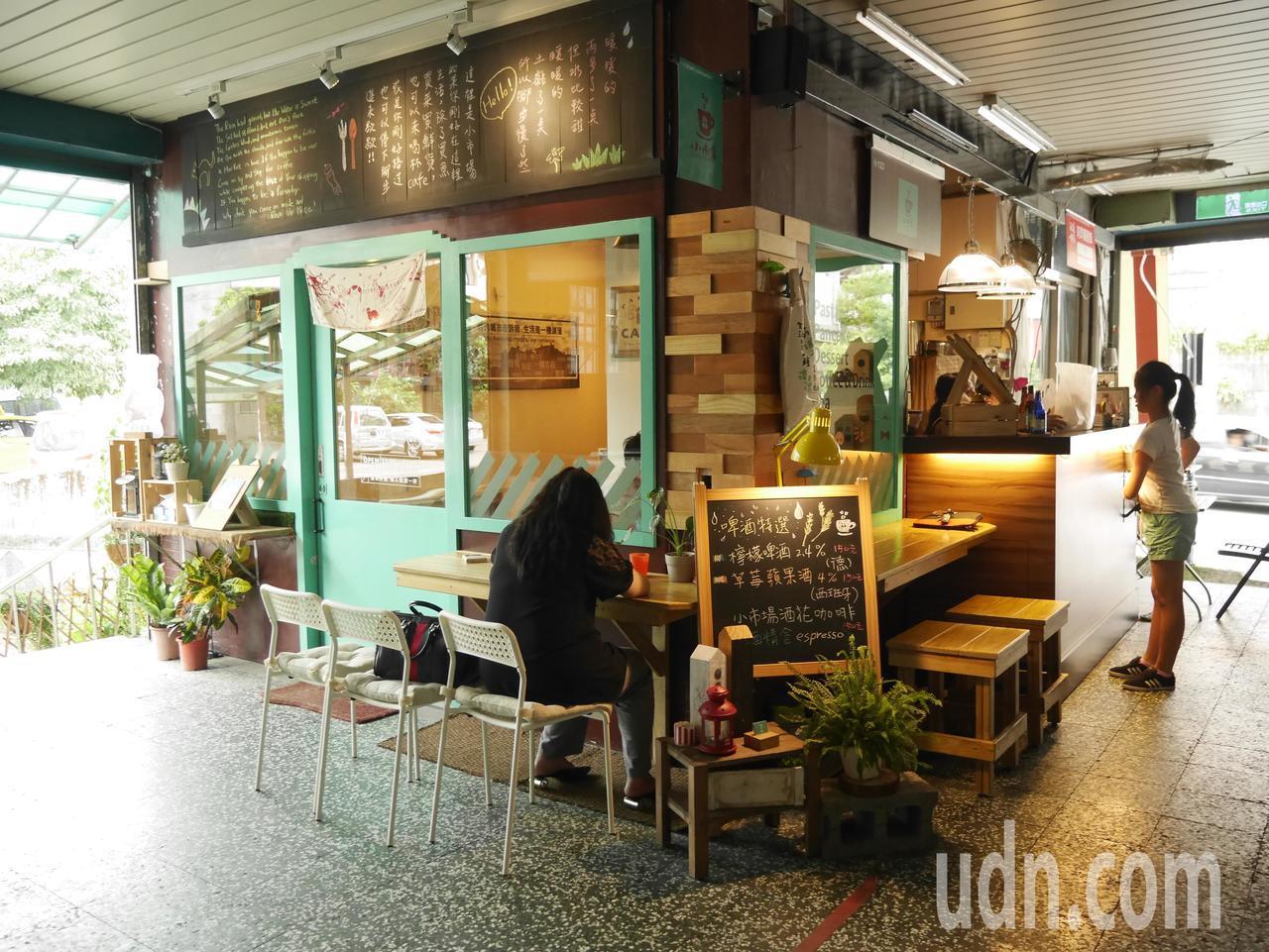 小市場咖啡,是一家有「暖暖」人情味的小店,曾拿下菜市場金馬獎之稱的樂活名攤4顆星...