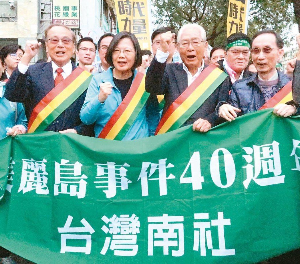蔡英文總統(左二)日前臨時參加美麗島事件40周年遊行,爭取獨派選票。圖/聯合報系...