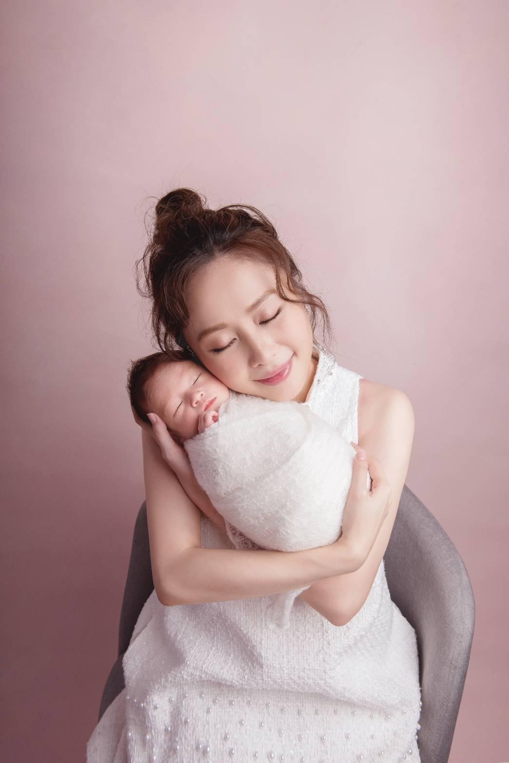 吳淑敏生下兒子小培根 圖/親愛的莉絲新生兒攝影提供