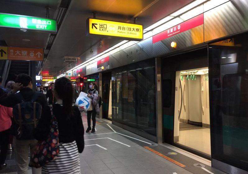 這個月21 日罷韓、挺韓都在高雄辦大遊行,高市警方和 高雄捷運公司規畫上百人力布署 在捷運車站和車上,防範雙方參加者起衝突。記者楊濡嘉/攝影