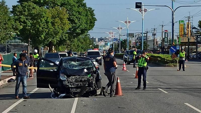 機車上2人被撞飛約20公尺遠,傷勢嚴重送醫;李男轎車內則是安全氣囊爆開、車頭全毀,擋風玻璃破裂。記者王思慧/翻攝