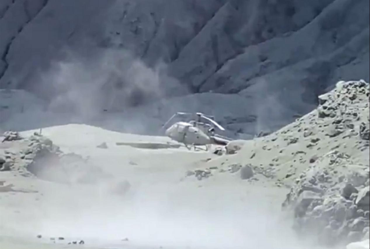 紐西蘭懷特島火山爆發至今兩天,一名到場參與救援的直升機飛行員形容,現在島上宛如車...