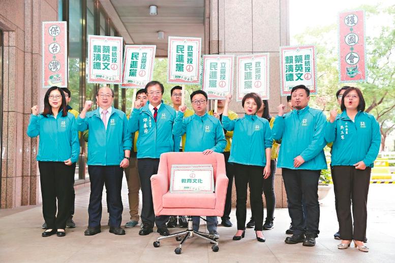 民進黨秘書長羅文嘉(中)昨天率不分區立委被提名人赴中選會登記。 記者邱德祥/攝影