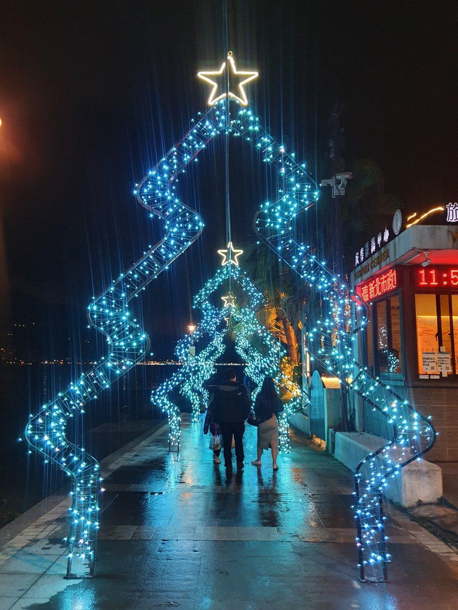 浪漫破表的聖誕門就在淡水金色水岸旁,以聖誕樹造型搭配閃耀光芒的星星燈化身為耶誕光廊。圖/新北市高管處提供