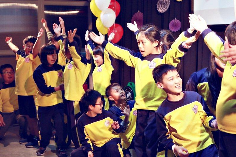 順安國小學生以「SCHOOL_SONG_順安國小」獲得特優,學生用清唱及舞蹈展現校歌新風貌。圖/縣府提供