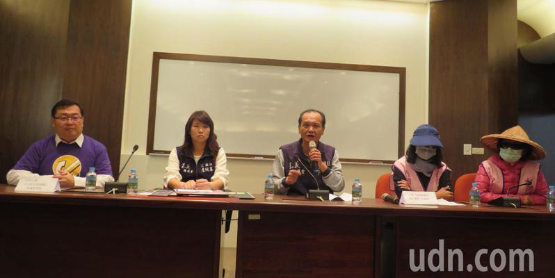 台灣媽媽盟8名志工媽媽由律師裘佩恩(左)陪同到議會,向國民黨團書記長李國勝(右三) 及議員詹琬蓁(右四)陳情。記者魯永明/攝影