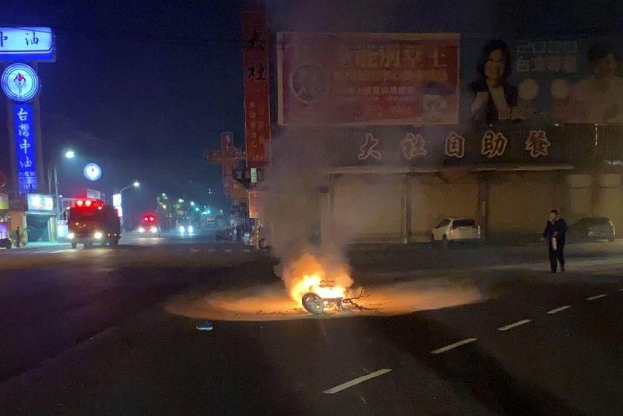 高雄一名48歲黃姓騎士深夜停等紅燈時,被79歲老翁駕車追撞,車子滑行時漏油當場起...