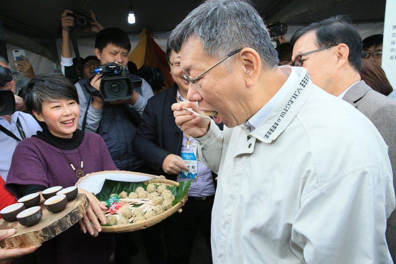 台北市長柯文哲(右)上午出席田園城市建置成果競賽頒獎典禮暨成果發表會,仔細傾聽與參觀每個攤位,同時試吃攤位所做的食品。記者潘俊宏/攝影