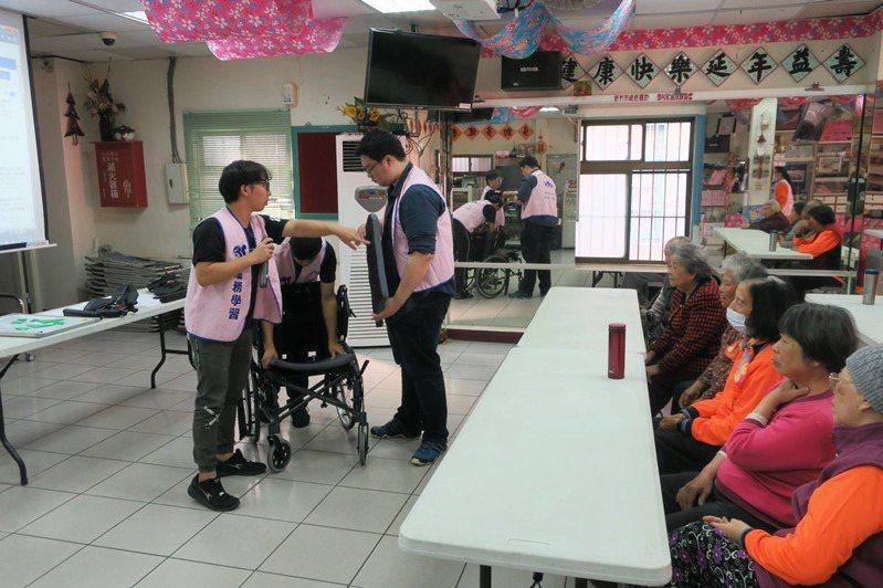 元培醫工系學生為長者介紹輪椅功能。圖/元培科大提供