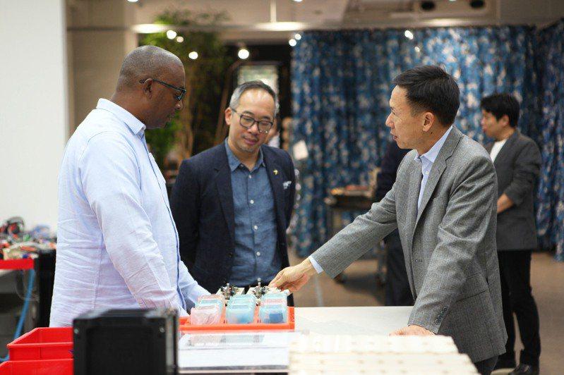 行競科技共同創辦人洪裕鈞(中)和齊塔克(Azizi Tucker)(左),向Draper Associates合夥人Andrew Tang(右)介紹行競科技專利電池技術。圖/行競科技提供
