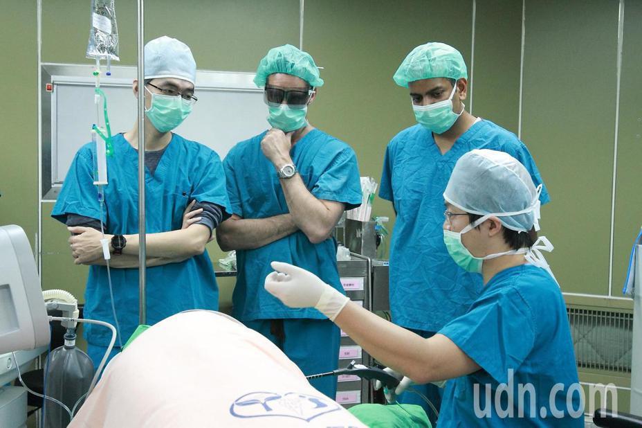 紐西蘭三名醫生來到彰化縣員生醫院觀摩學習使用3D內視鏡和3D胃鏡膠囊,以及交流熱射頻賁門緊縮術的執行與成效。記者凌筠婷/攝影