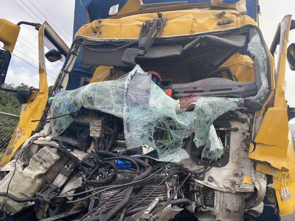 車頭嚴重損毀,經搶救駕駛仍不治。記者郭政芬/翻攝