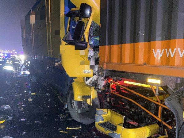 第二起車禍中的大貨車,疑被追撞後再撞上前車,車頭夾扁,駕駛搶救後不治。記者郭政芬...