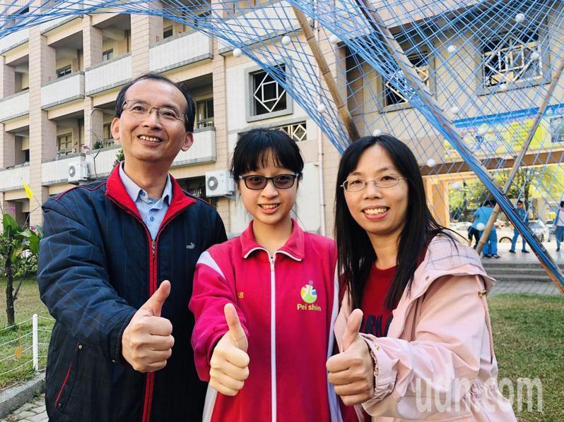 北興國中校長張金龍(左起)、學生陳映妏和導師曾淑瑜合影,慶祝得獎。記者李承穎/攝影