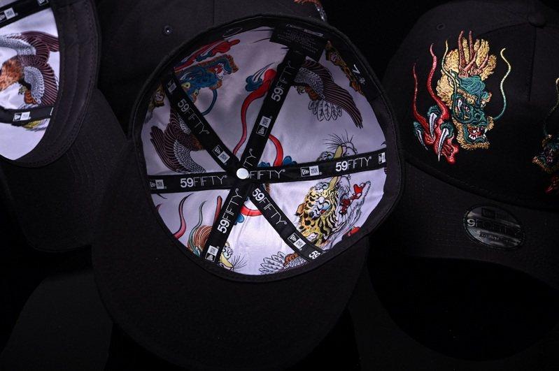 New Era x石川真澄聯名帽款,內層還印有此次系列四獸精緻的刺繡圖樣。圖/New Era 提供
