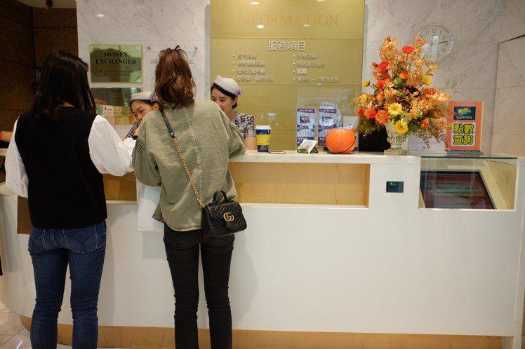 實體百貨為了與電商區隔,更強調帶給客人的服務體驗,百貨公司的服務台,其實存在著多...