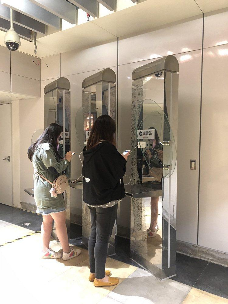 環球購物中心各店設置多個手機充電站,投幣可享即時充電。圖/環球購物中心提供