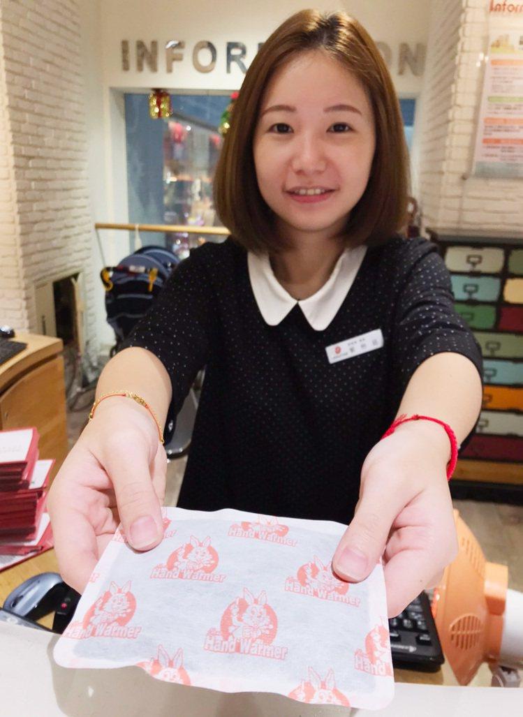 環球購物中心因應季節提供不同服務,冬天提供暖暖包讓客人索取。圖/環球購物中心提供