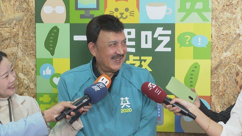 民進黨新北市三重區立委參選人余天上午受訪被問及韓國瑜的唱改編版的「採紅菱」,他像被點到笑穴般狂笑不已說,「太好笑了」。記者王彥鈞/攝影