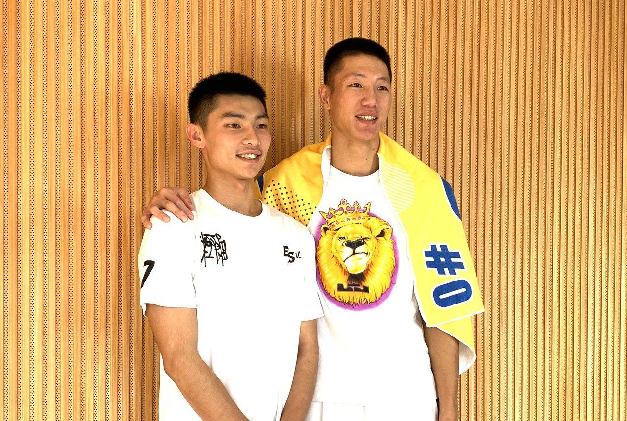 王繁宇(右)和王偉丞都因遲到剃髮。記者曾思儒/攝影