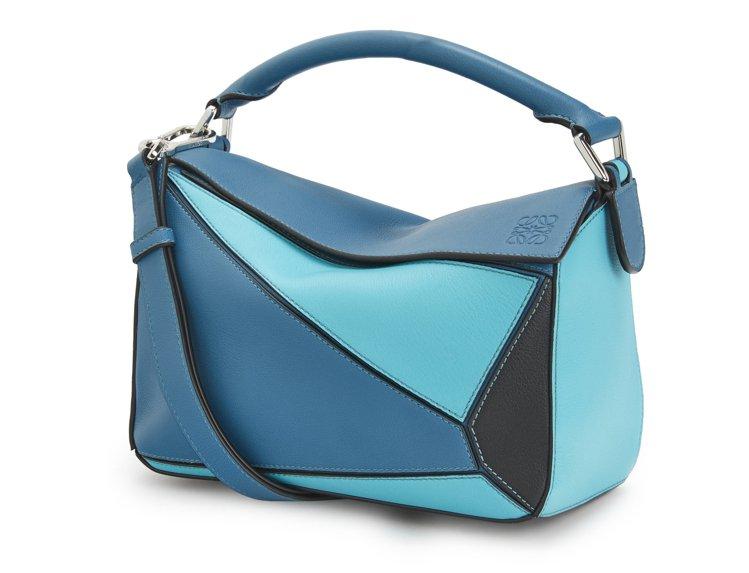 Puzzle水藍色拼接小牛皮肩背提包,售價93,000元。圖/LOEWE提供