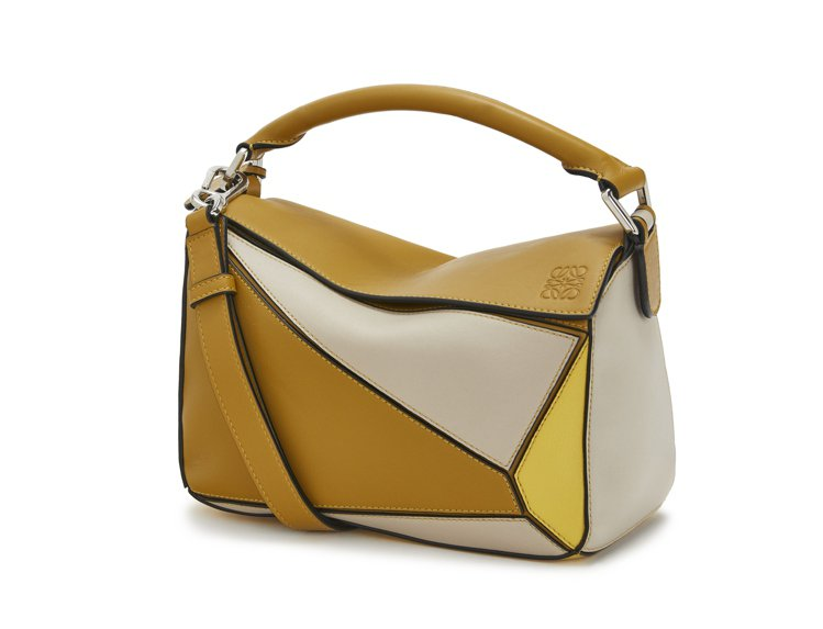 Puzzle白黃色拼接小牛皮肩背提包,售價93,000元。圖/LOEWE提供