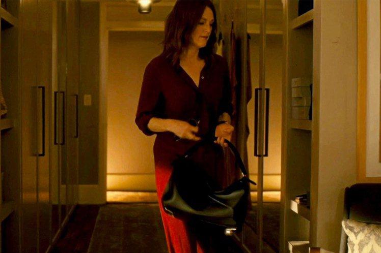 奧斯卡影后茱莉安摩爾在電影中選用LOEWE Puzzle包款。圖/LOEWE提供
