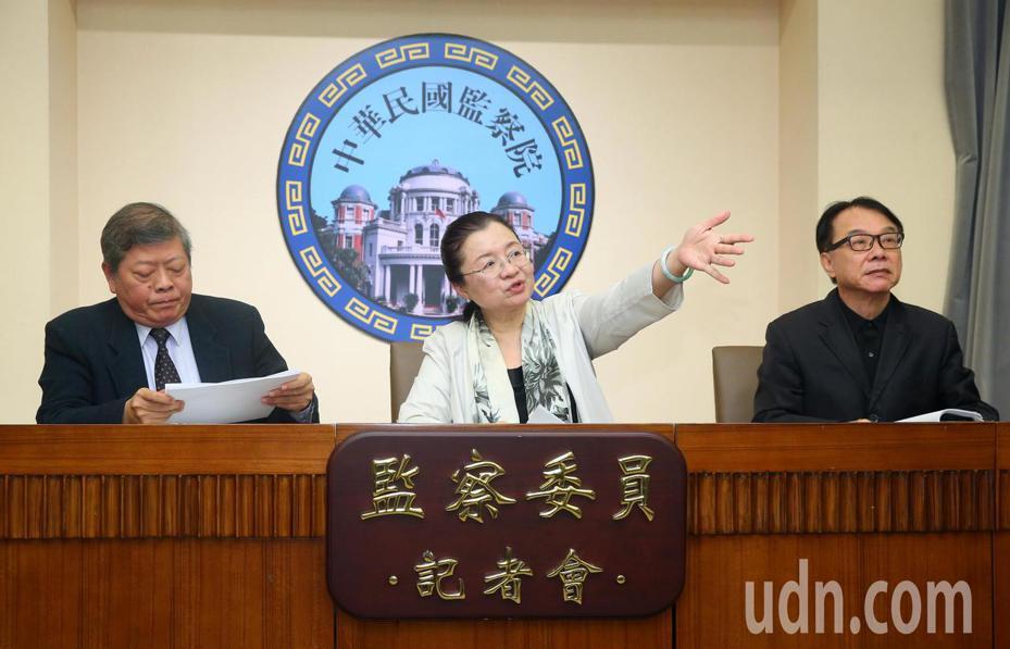 監委趙永清(左起)、田秋堇與林盛豐,說明監察院通過糾正台電公司。記者林澔一/攝影
