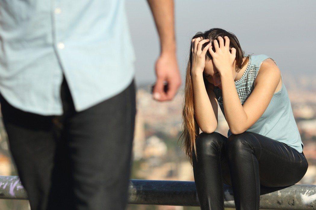新北一名人妻因為喝醉太盧與老公發生爭吵,遭放生後又繼續跟老公朋友喝酒,結果因為泥...